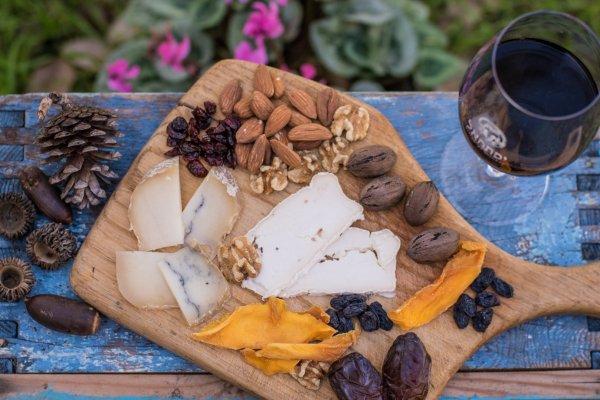 שישי-שבת ביקב יפתחאל- יין, גבינות ומפגש:)