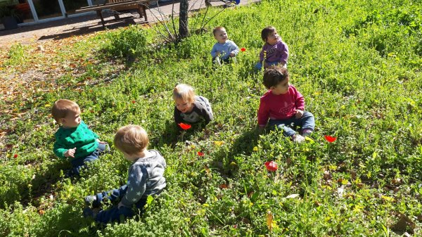 ילדי גן ניצנים בטיול זחילה