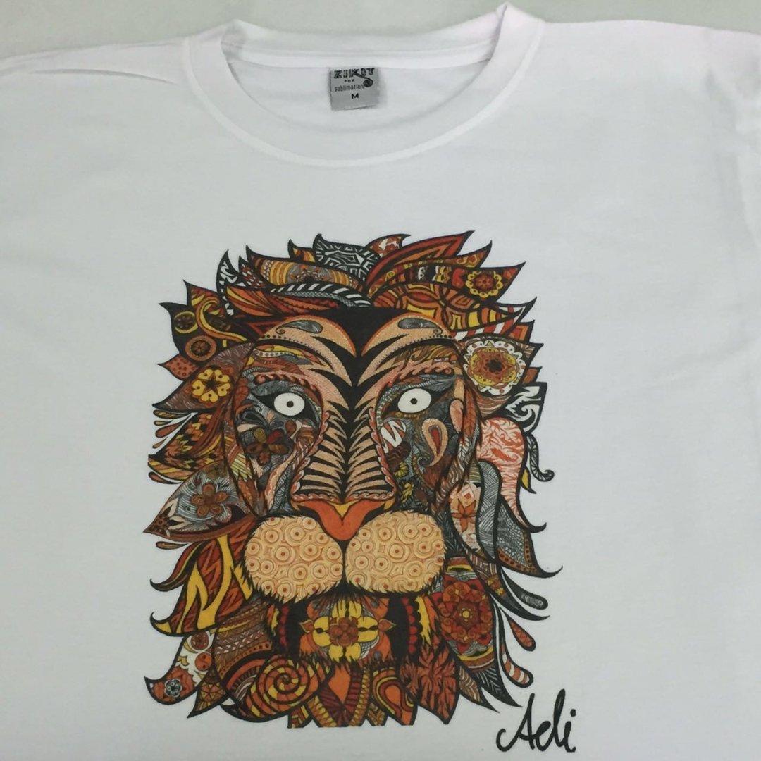 חולצה עם הדפס אמנותי אריה