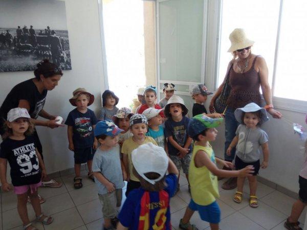 ילדי הגנים באו למזכירות המושב לברך בשנה טובה