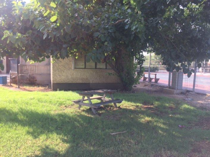 פינת ישיבה חדשה ליד מגרש הכדורסל