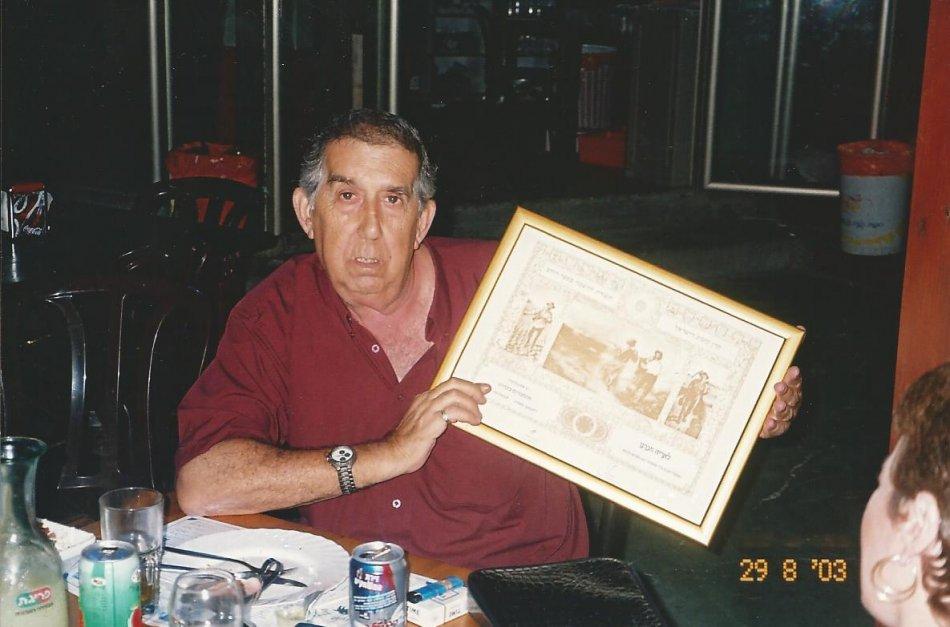 """אריה בן 60 מחזיק את תעודת ספר הזהב של קק""""ל"""