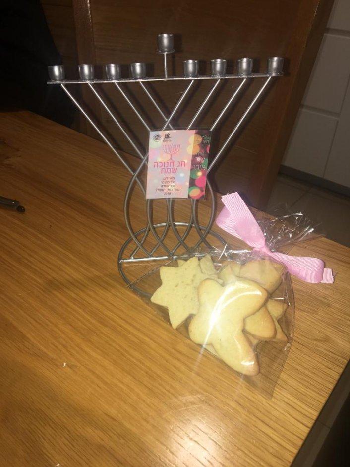 שי לחג חנוכה לוותיקי הכפר - נוער כפר יחזקאל