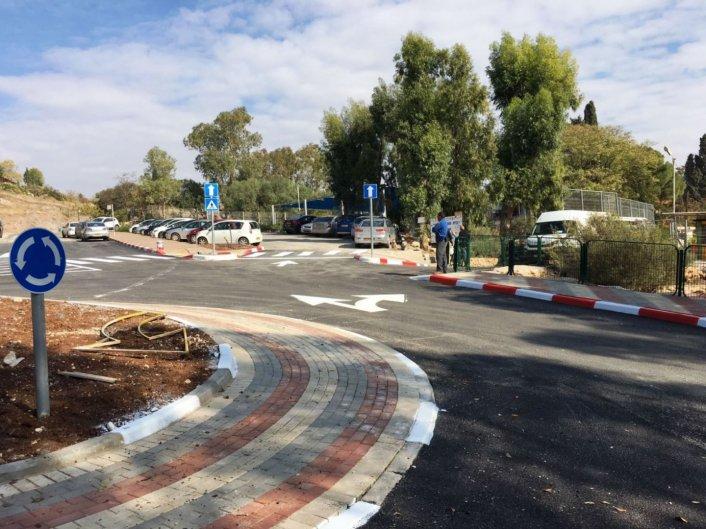 """הוסדר הכביש המוביל לביה""""ס עמק-חרוד: תוקנו מפגעי בטיחות והוגברה האכיפה להסדרת החנייה בכביש הגישה"""