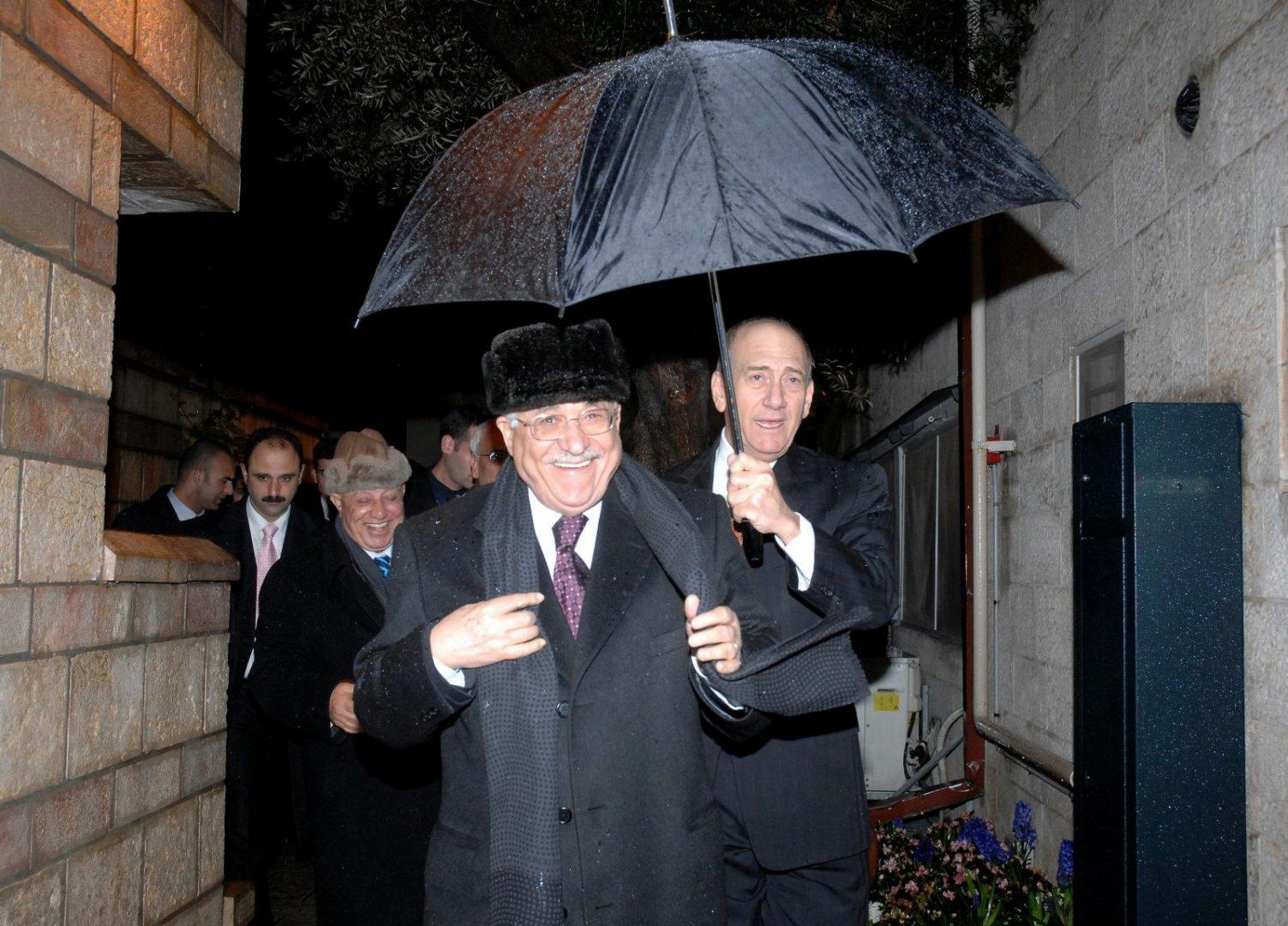 אולמרט בגשם