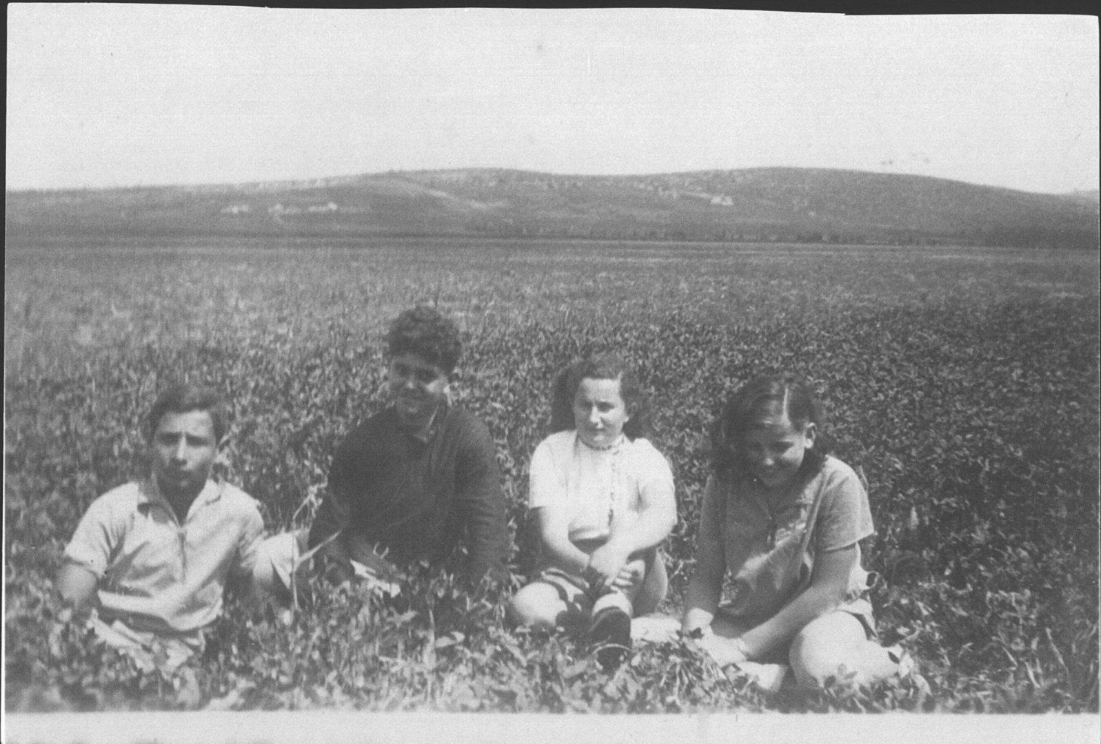 158 00391098 tif   בשדות נהלל 1939 עם עמוס הדר ועוד