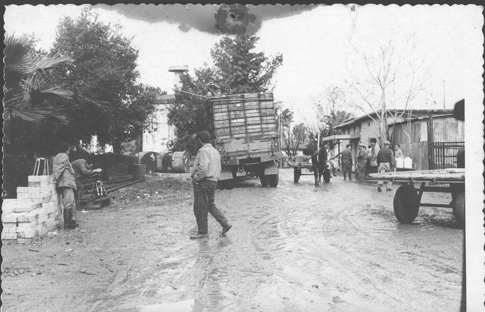 חורף 1962 משאית מבוססת בבוץ במרכז הכפר
