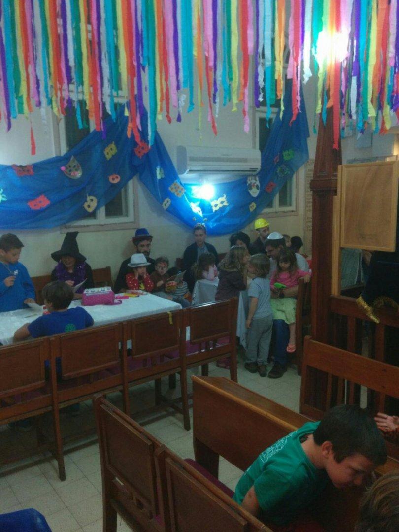 פורים  בבית הכנסת jpg  2015