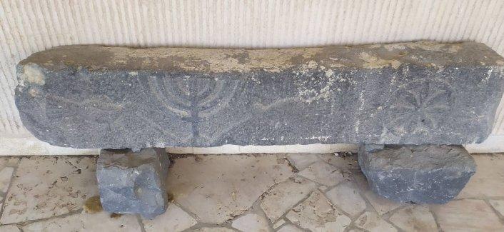 משקוף אבן בזלת עם מנורה וזוג יונים - מעיין שרונה