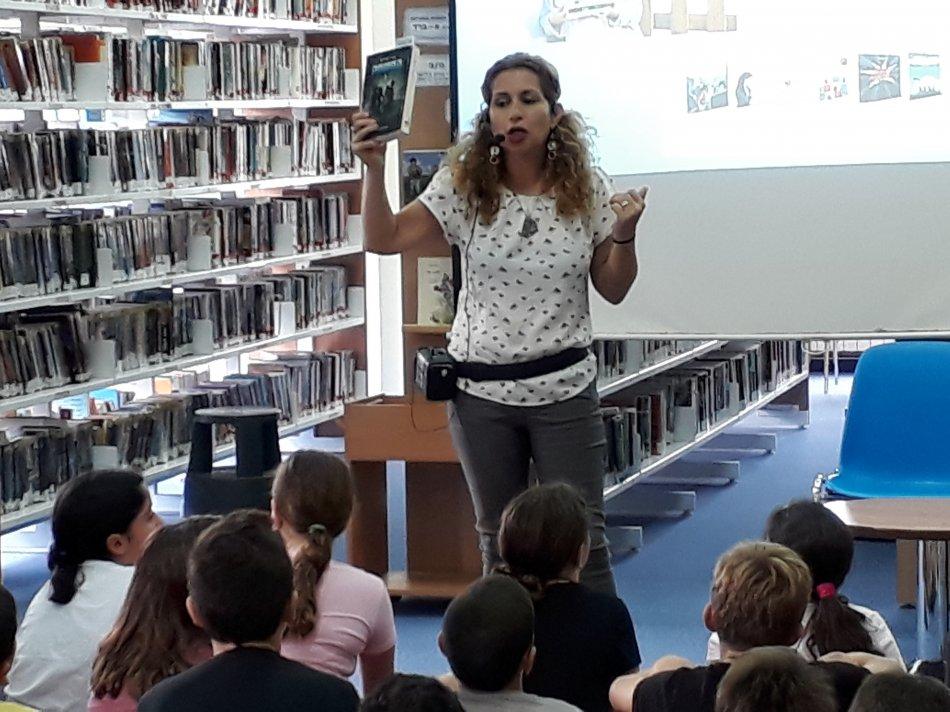 """הסופרת דנה אבירם בהרצאה לילדי ביה""""ס קשת"""