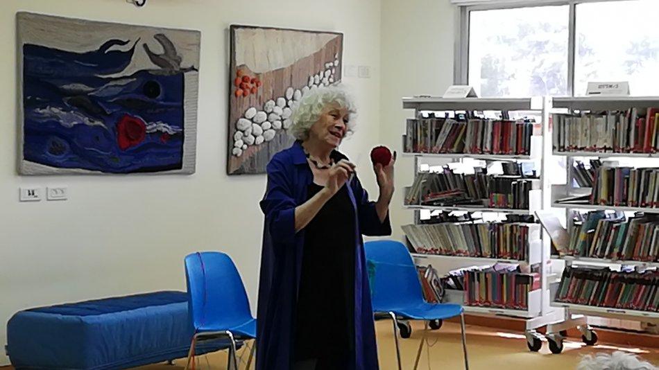 """מרגיט שפטלוביץ בפתיחת התערוכה """"טווי את הצמר"""" בגלרית הספריה"""