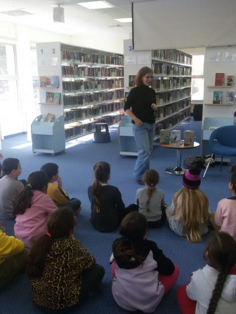 הסופרת גליה עוז במפגש עם ילדי בית הספר קשת בספריית כפר ורדים 1.2019