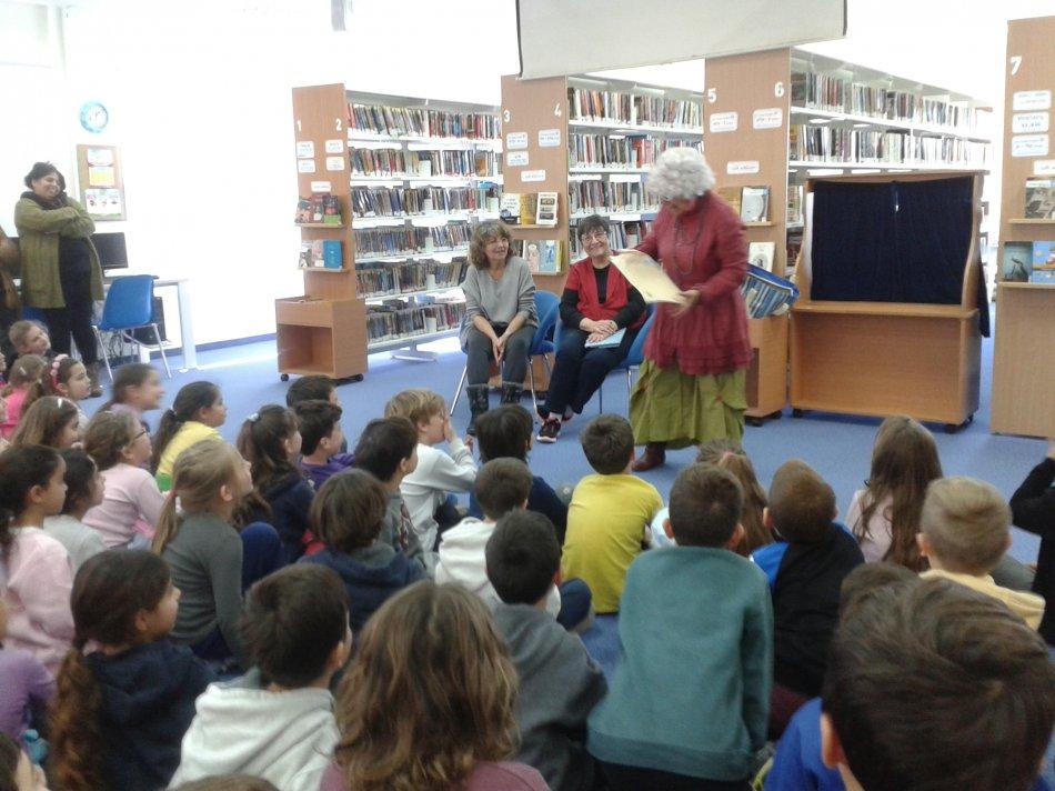 """דקלה גרציאני עם ספרניות העבר ישראלה ונורית """"במרוץ לספריה""""."""
