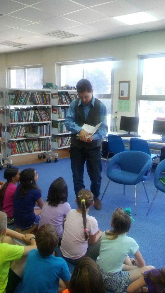 """הסופר מיכאל אבס במפגש עם ילדי ביה""""ס קשת"""