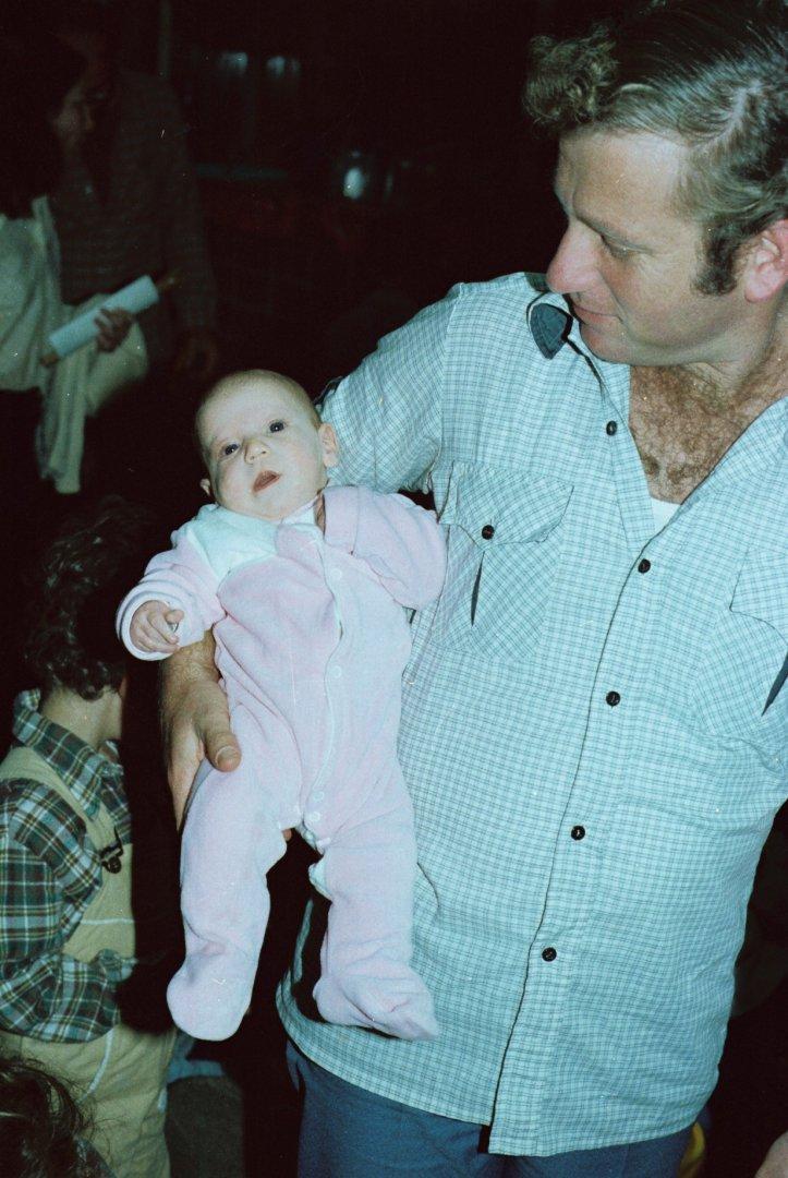מנחם עם תינוקת