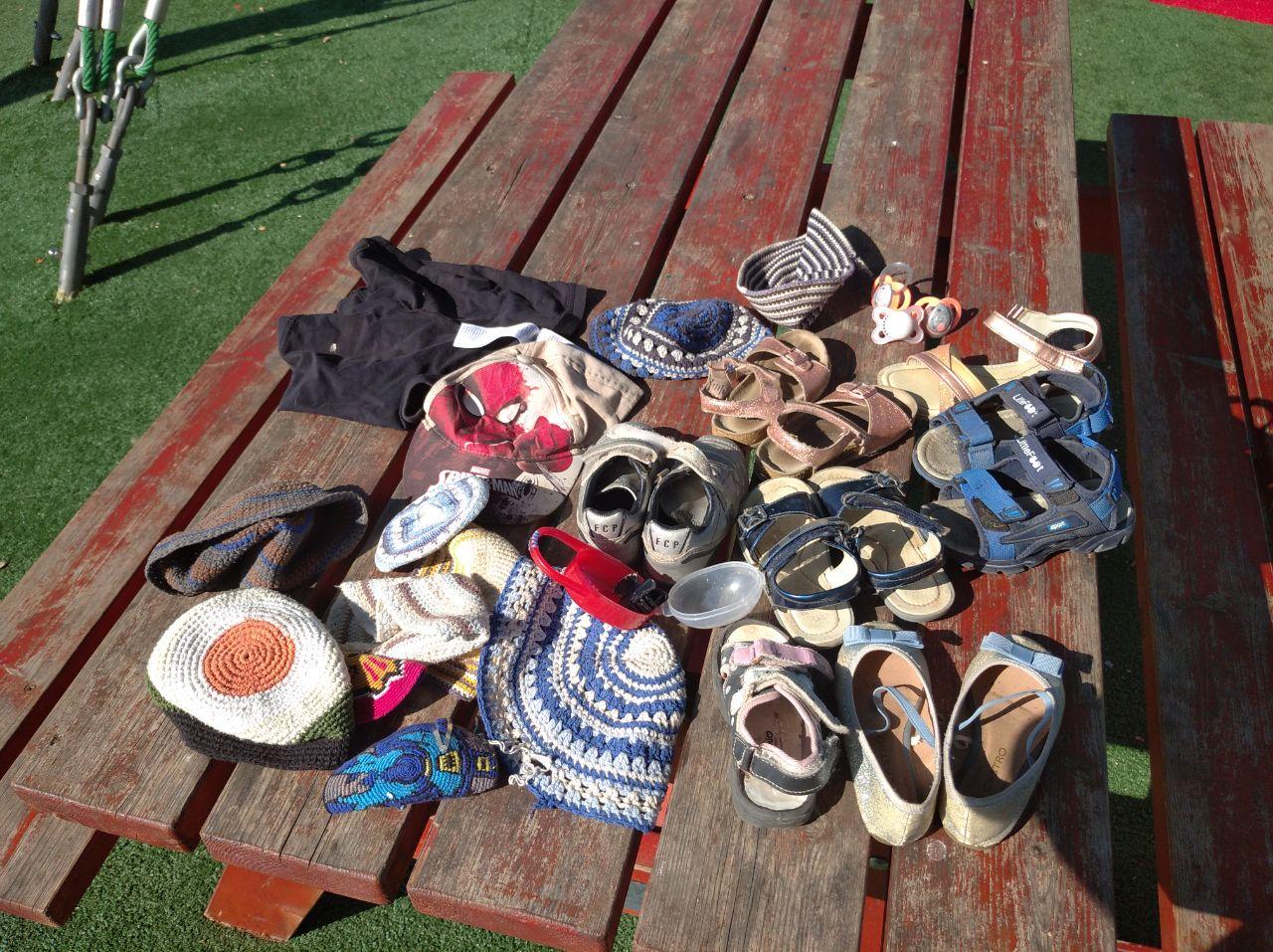 המון-זוגות-נעליים-כיפות-כובע-ומוצצי