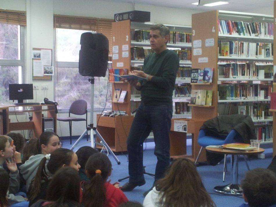 """הסופר אפרים סידון במפגש עם ילדי בית ספר """"קשת"""""""