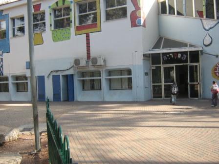 """כניסה לספריה מביה""""ס קשת"""