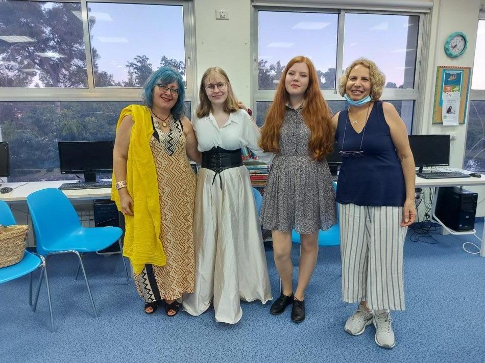 אליזבת שוכמן ומיה ריאבוי ביחד עם פאניה גרינשפוןמורה לתאטרון יחד עם נטע אבלס מנהלת הספרייה